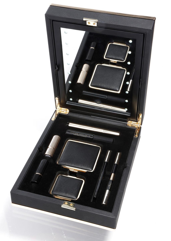 Victoria-Beckham-for-Estee-Lauder-–-the-portable-makeup-mirror